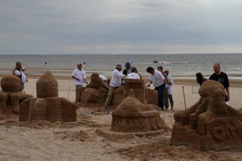 Формирование скульптур из песка